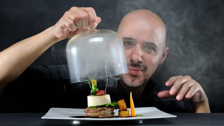 «Philippe Bamas bietet hier sein «Menu de L'Atelier», dazu klassisch und auch international geprägte Speisen à la carte. Ebenfalls interessant das Interieur: ein Mix aus modernem Stil und rustikalen Holzbalken, die Küche teils einsehbar.»