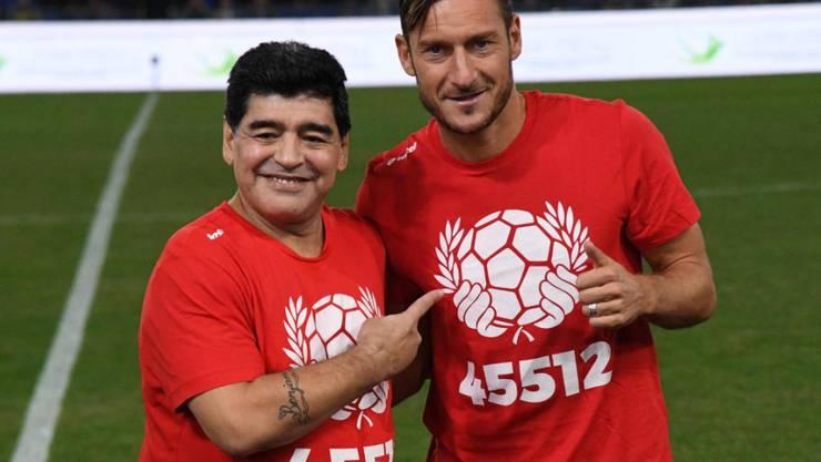 Diego Maradona posiert zusammen mit Francesco Totti für die Fotografen