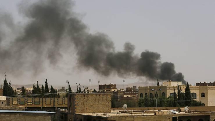 Rauch steigt über Sanaa auf, nachdem Flugzeuge der arabischen Militärkoalition Angriffe gegen Jemens Hauptstadt geflogen hat.