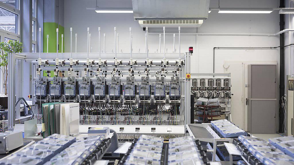 Die Schweizer Industrie hat im ersten Quartal 2019 die Produktion um gut 4 Prozent erhöht - im Bild die Fertigung von industriellen Stromzählern bei Landis+Gyr in Zug. (Archivbild)