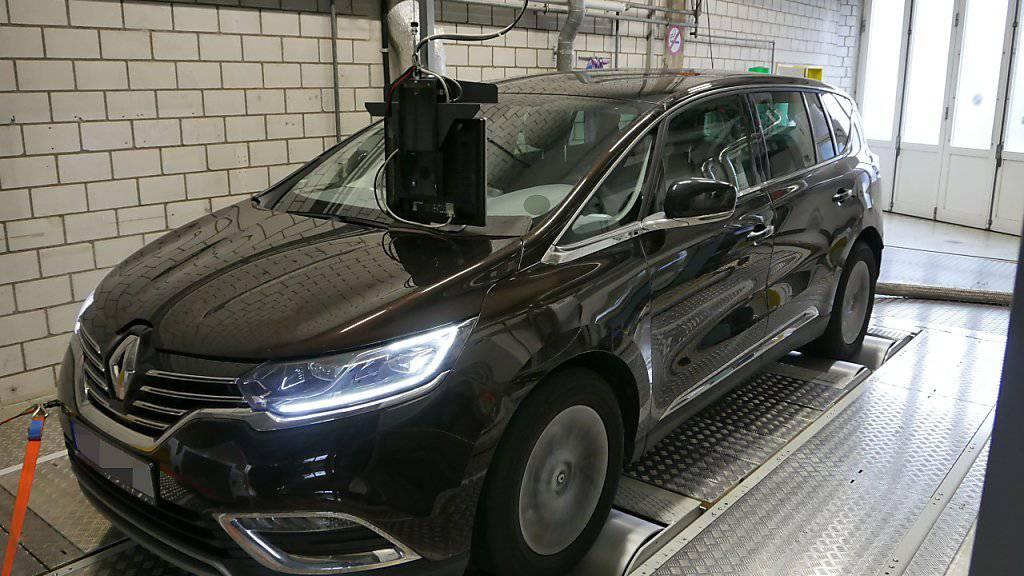 Der Renault Espace wird bei der Abgasprüfstelle der Berner Fachhochschule einer Stickstoffmessung unterzogen. Die Resultate sind brisant.