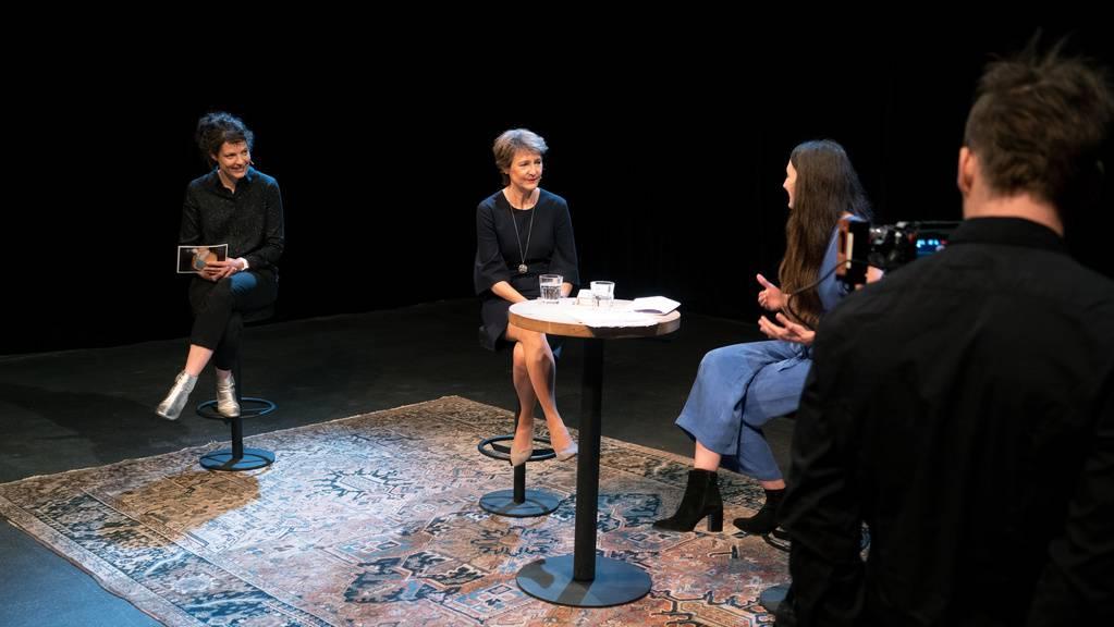 Bundespräsidentin Simonetta Sommaruga spricht bei der Aufzeichnung zur Eröffnung der Solothurner Literaturtage mit der Geschäftsführerin Reina Gehrig, links, und der Autorin Simone Lappert, rechts, am Donnerstag, 21. Mai 2020 in Bern.