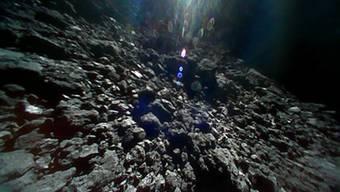 """Die Oberfläche des Asteroiden Ryugu ist zerklüftet. Die Aufnahme vom 23. September stammt von einem Roboter-Kundschafter der japanischen Raumsonde """"Hayabusa2. Nun macht der Lander """"Mascot"""" weitere Bilder."""