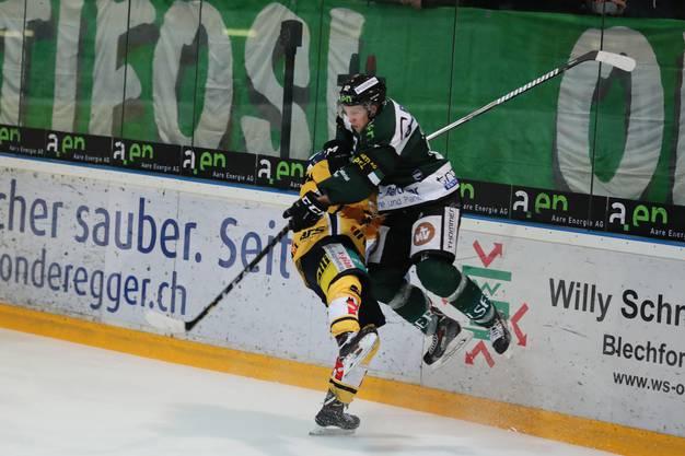 Voller Einsatz: EHCO-Captain Cédric Schneuwly lässt es gegen einen Langenthaler krachen.