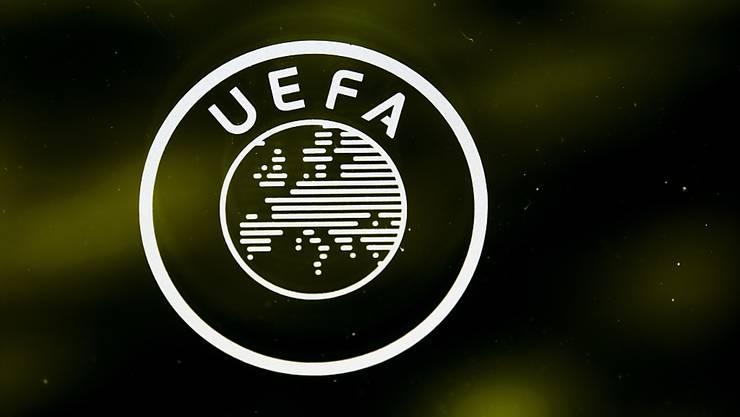 Das Signet am Hauptsitz in Nyon: Die Fussballwelt wartet gespannt auf die Beschlüsse der UEFA.