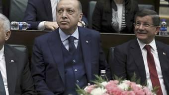 Der türkische Präsident Recep Tayyip Erdogan (Mitte) steht wegen der Militäroffensive in Syrien in der Kritik. Die Türkei wies die Vorwürfe umgehend zurück. (Archivbild)