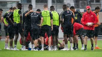 Bange Blicke der Teamkollegen. Granit Xhaka (in der Mitte) liegt mit schmerzverzerrtem Gesicht am Boden. Sein linkes Knie ist verletzt – später folgt die leichte Entwarnung. Keystone