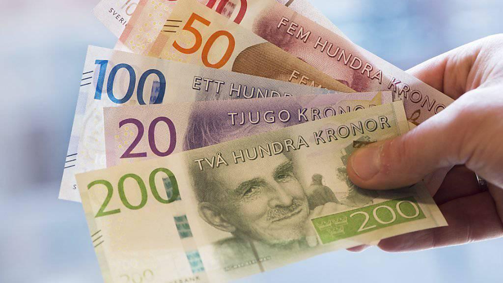 Die neuen schwedischen Banknoten. Die 200er-Note ziehrt der ehemalige UNO-Generalsekretär Dag Hammarskjöld.