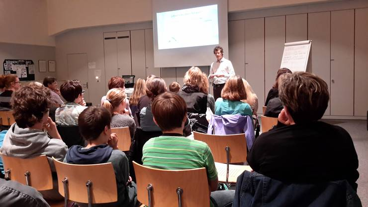 Das Publikum hört Fabian Grolimund interessiert zu.