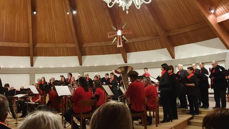 Der Kirchenchor Wolfwil und die Jugendmusik Aaregäu beim gemeinsamen Singen und Musizieren