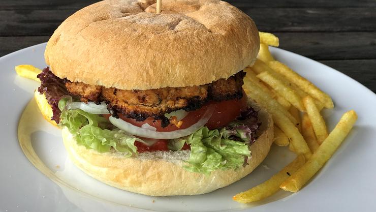 Der Krokodilburger steht auf der Speisekarte des Strandbads Seerose.