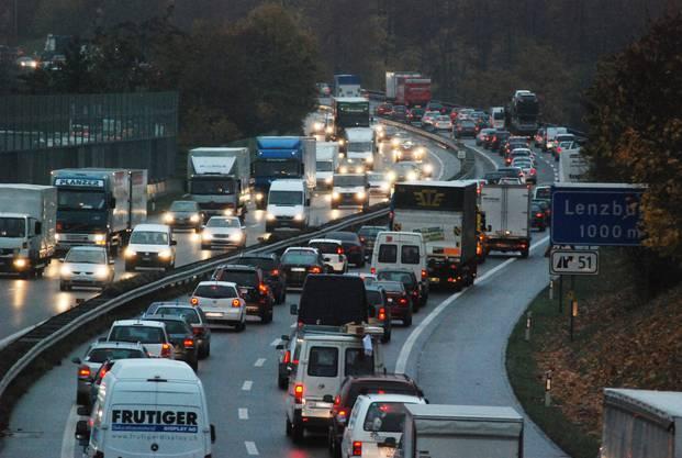 Zwischen Birrfeld und Aarau Ost will das Bundesamt für Strassen den Pannenstreifen ab 2018 in Spitzenzeiten als zusätzliche Fahrspur freigeben.