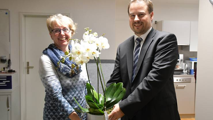 Die Spitex Region Brugg AG hat in Lupfig in der Alterssiedlung Kastanienbaum eine dreieinhalb Zimmer Wohnung bezogen. Tobias Kull, Vizepräsident des Verwaltungsrats, überreichte Teamleiterin Gisela Huber eine Orchidee.