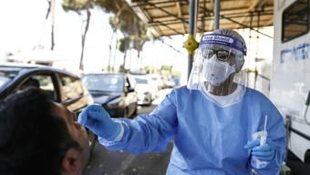 Ein Mann unterzieht sich im Krankenhaus San Giovanni Addolorata einen Corona-Test. Foto: Cecilia Fabiano/LaPresse/AP/dpa