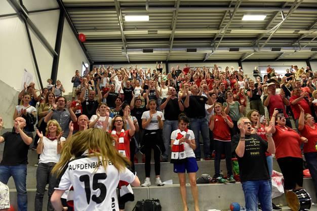 Die Fans freuen sich mit dem HSC Suhr Aarau.