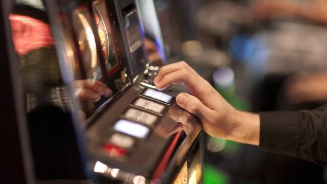 Die Polizei stiess auf insgesamt vier Glücksspielautomaten und neun Internet-Wettstationen. (Symbolbild)