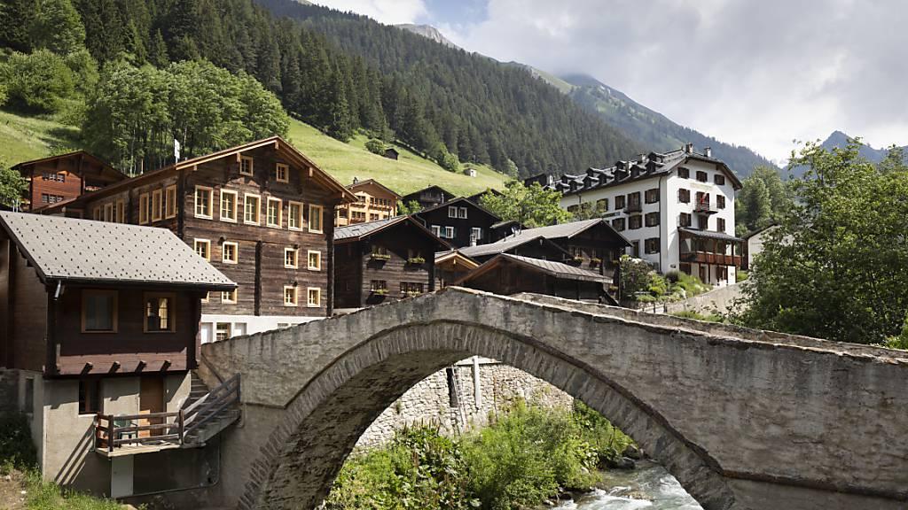 Die Tourismuskantone dürften im Sommer dank mehr Inlandstouristen weniger stark leiden - im Bild Binn im Kanton Wallis. (Archivbild)