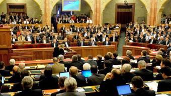 Blick aufs ungarische Parlament: Die Abgeordneten stimmten Änderungen an einem Zentralbank-Gesetz zu (Archiv)