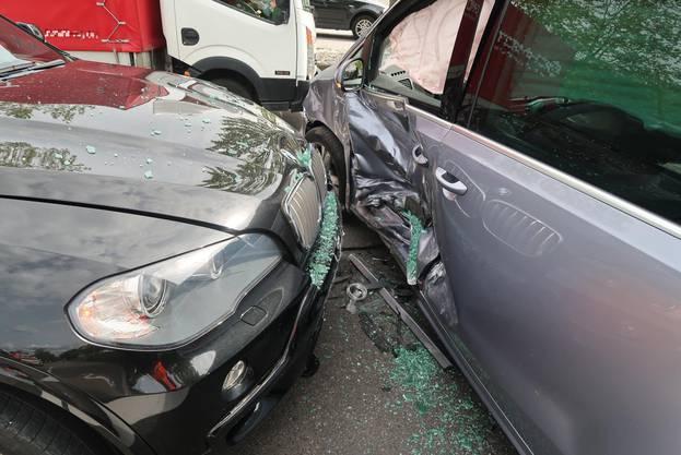 An den Autos entstand grosser Sachschaden.