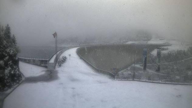 Zum Beispiel Andeer: Hier ist am Sonntag bis auf 1000 Meter über Meer nochmals Schnee gefallen, wie Bilder einer Webcam bestätigen.