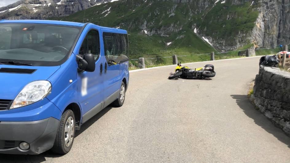 Ein Töfffahrer stürzte in einer Rechtskurve auf dem Weg zur Klausenpasshöhe.