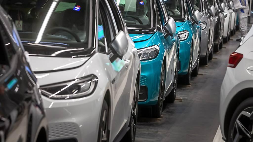 Der positive Trend bei den Elektro- und Hybridautos hellt das Bild der 2020 insgesamt stark rückläufigen Verkäufe bei Volkswagen etwas auf - im Bild Produktion des E-Autos ID.3 in Zwickau. (Archivbild)