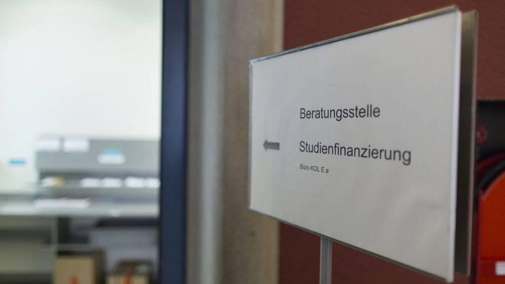 In der Schweiz wurden 2017 etwa 343 Millionen Franken Ausbildungszuschüsse aus der öffentlichen Hand bezahlt - gemäss Statistik des Bundes ein Rekord. Im Verhältnis zu den öffentlichen Bildungsausgaben insgesamt beträgt der Anteil an Stipendien und Darlehen aber weniger als 1 Prozent. (Symbolbild)