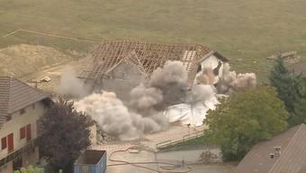 Die alte Mühle in Dettenbühl bei Wiedlisbach wird von der Armee gesprengt.