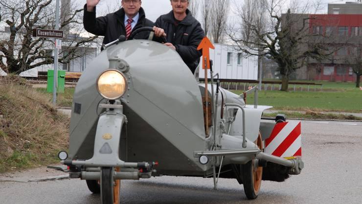 Peter C. Beyeler (l.) mit Josef Stutz dreht auf der Strassenwischmaschine, Baujahr 1925, eine Ehrenrunde. sh