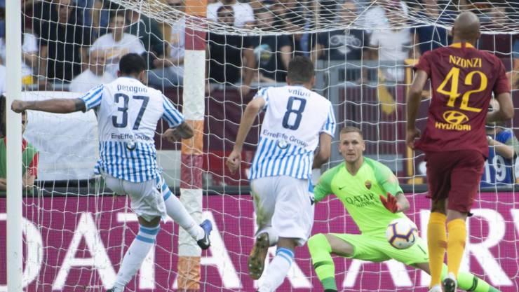 SPAL Ferraras Andrea Petagna (links) bringt den Underdog im Olympiastadion vom Penaltypunkt in Führung