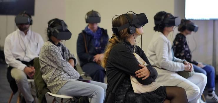 Besucher und Besucherinnen tragen Virtuelle Brillen.