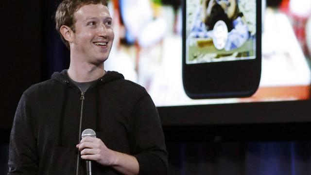 Mark Zuckerberg präsentiert die Neuheit - zwar kein Facebook-Handy, aber eine neue Software für Android-Smartphones