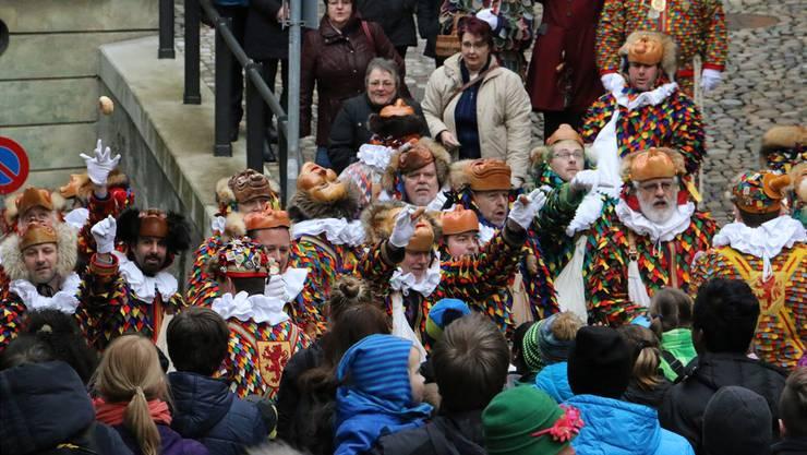In Laufenburg (auf dem Bild) wie auch in Kaisten dürfen die Kinder nach Herzenslust am Narrenlaufen schreien. Je lauter, desto mehr feine Gaben gibt es.
