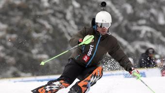 Ein Skifahrer mit einer Helmkamera auf der Piste.