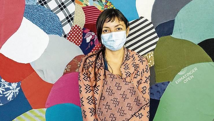 In Baden gelandet: Viviana Gonzalez Mendez vor einer ihrer alternativen Landkarten aus zusammengenähten Stoffen.