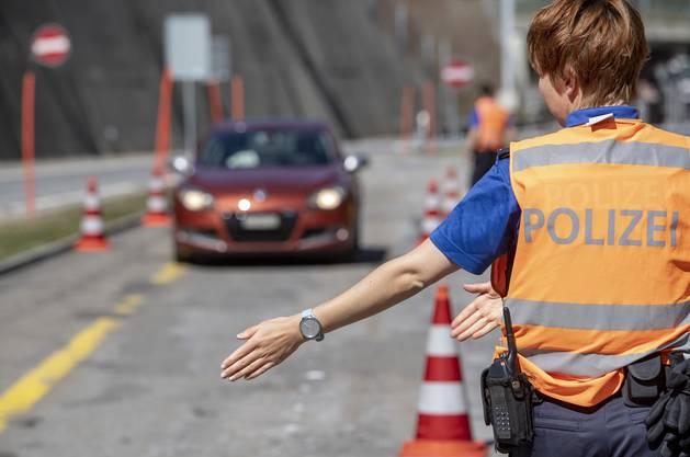 Die Polizei zeigte am Dienstag, wie sie die Kontrolle vornehmen wird.