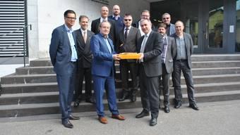 Christoph Grenacher überreicht Bildungsdirektor Alex Hürzeler die 276 Unterschriften. Begleitet wird er von einer Delegation Fricktaler Unternehmer.