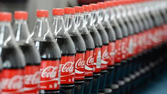 Coca-Cola leidet seit längerem darunter, das Konsumenten vermehrt zu Wasser, Smoothies oder Tee statt zu zuckerhaltiger Limonade greifen. (Archiv)