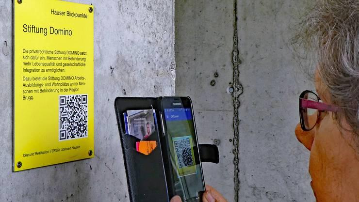 Es braucht ein Smartphone mit einem QR-Code-Leser, um an die Informationen eines Hauser Blickpuntes zu kommen. Hier wird schon mal bei der Domino Werkstatt geübt.