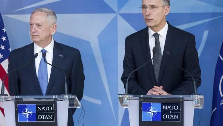 US-Verteidigungsminister James Mattis (links) und NATO-Generalsekretär Jens Stoltenberg am Mittwoch vor den Medien im NATO-Hauptquartier in Brüssel.