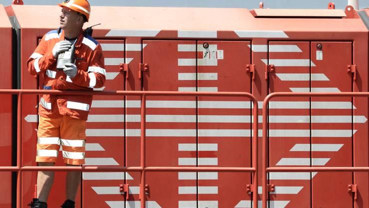 Die Güterzüge werden künftig vermehrt auch am Tag unterwegs sein und die Zeitfenster zwischen den Spitzen im Personenverkehr nutzen. (Archivbild)