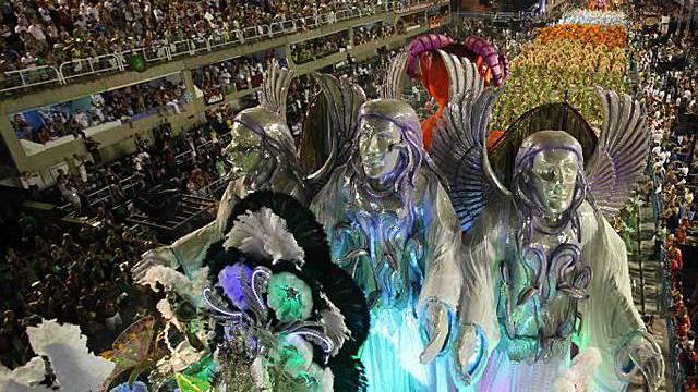 Riesige Figuren im Sambodromo