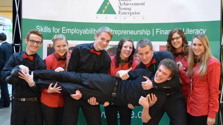 Die Mitglieder des Miniunternehmens Grab-!t an der European Trade Fair im lettischen Riga. zvg