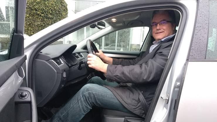 Thomas Loepfe fährt seit 50 Jahren Auto ‑ jetzt bringt er zudem als Freiwilliger Familien und Partygänger nach dem Fest nach Hause.