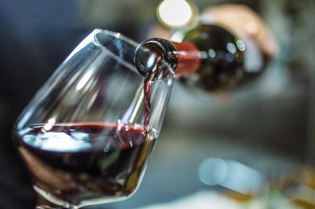 1 Glas Rotwein mit 12.5 Vol. entspricht ca. 30min Spazieren, 10min Joggen oder knapp 20min Schwimmen. (© iStock/Instants)