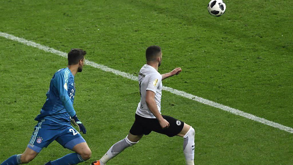 Das entscheidende 2:1: Ante Rebic lässt sich von Bayern-Goalie Sven Ulreich nicht stoppen