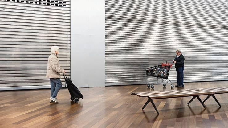 Wie im Lockdown im Frühling: Im Aargau stehen Konsumentinnen und Konsumenten am Montag vor vielen geschlossenen Läden.