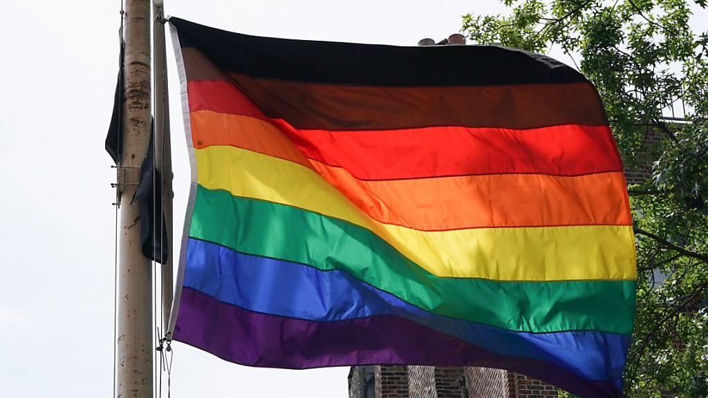Aufregung über Regenbogenflagge an US-Botschaft