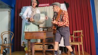 Sängerin Daisy singt und striegelt rhythmisch das Abwaschbecken, während Kurt sie auf der Gitarre begleitet.