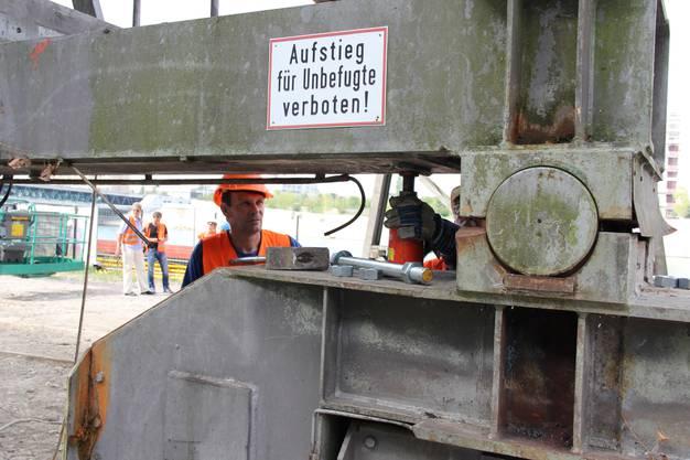 Der Hafenkran wird am Klybeckquai entladen.